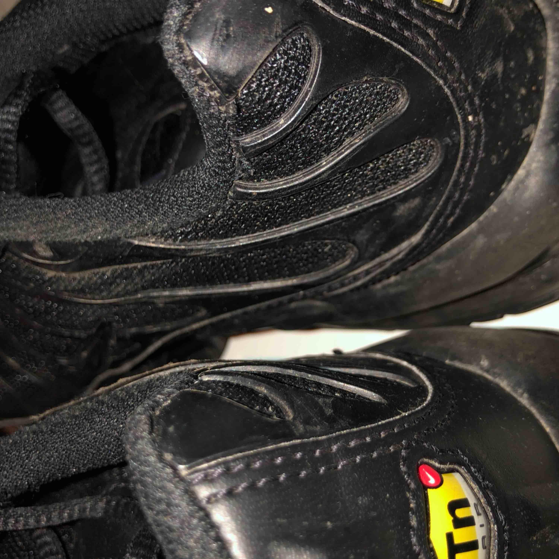 Säljer ett par relativt nya TN skor från Nike. (Nike air max plus) i storlek 38, funkar som 37-39!🥰. Övrigt.