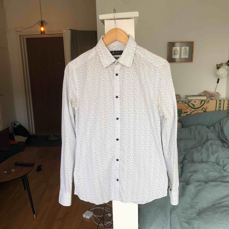 Säljer nu min Riley-skjorta i storlek small. Köpt på Brothers för cirka 1,5 år sedan. Knappt använd.. Skjortor.