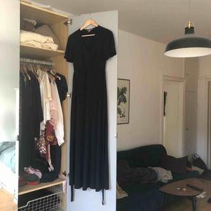 Mörkblå långklänning från H&M med knytning i ryggen. Aldrig använd.