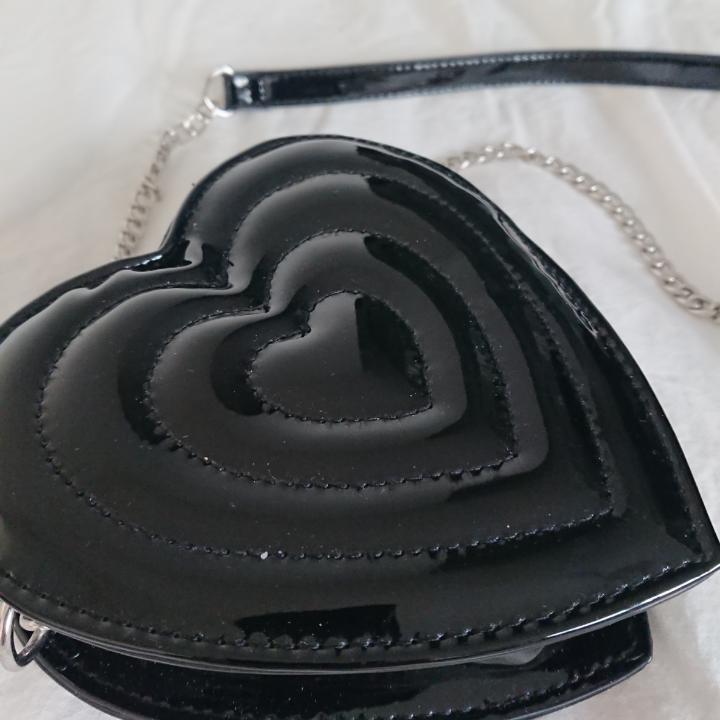 Söt liten väska från Monki! Dimensioner: Höjd 15cm Bredd 15cm Längd 62cm Träffas I centrala Stockholm OK Frakt (kostar lite extra) OK ♡ . Väskor.