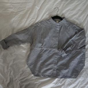 Boxy skjorta från Monki med slits på sidorna Tvättbara fläckar på höger sida, se bild 2 Längd (fram) 57cm Längd (bak) 59cm Omkrets 122cm Mötas upp i centrala Stockholm OK Frakt (extra kostnad) OK