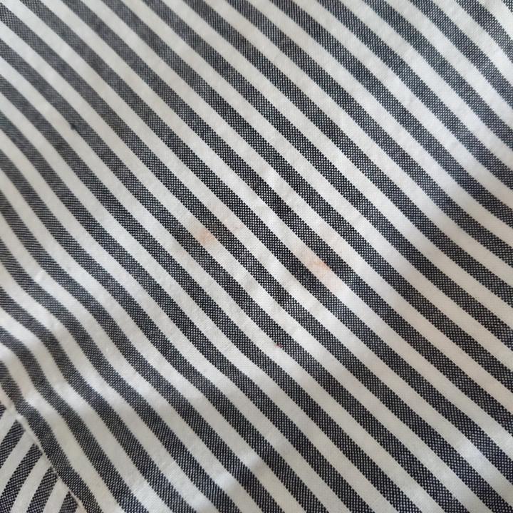 Boxy skjorta från Monki med slits på sidorna Tvättbara fläckar på höger sida, se bild 2 Längd (fram) 57cm Längd (bak) 59cm Omkrets 122cm Mötas upp i centrala Stockholm OK Frakt (extra kostnad) OK. Skjortor.