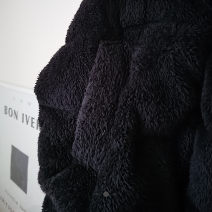 Svart fluffig teddyjacka från Urban Outfitters. Använd vintern 17/18 så I väldigt bra skick! Kan tänka mig och sänka priset vid snabb affär. Mötas upp i centrala Stockholm OK Frakt HELST INTE. Jackor.