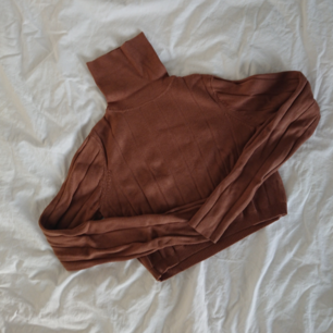 Cropped stickat tröja i fin ljusbrun färg från Weekday. Köpt för några år sen men kanske använd 10 gånger totalt, så i bra skick.  Längd 36cm Omkrets 76cm Arm 61cm Mötas i centrala Stockholm OK Frakt (extra fraktkostnad) OK
