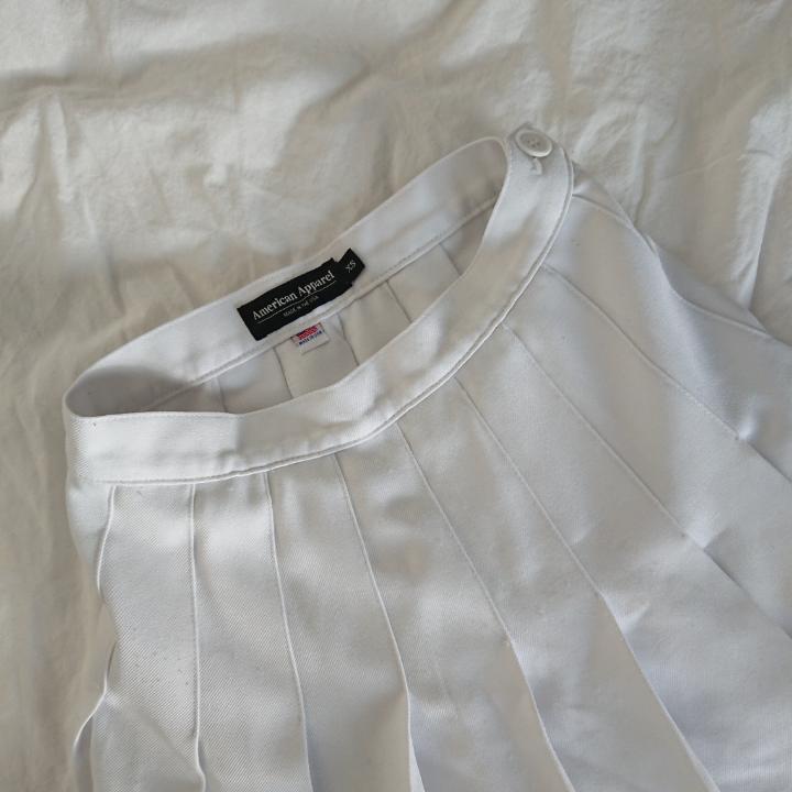 Två American Apparel kjolar i fint skick! Båda köpta här på plick men från olika personer. Längd (vit) 35cm Längd (rutig) 36cm Mötas i centrala Stockholm OK Frakt (extra fraktkostnad) OK  100kr för vita kjolen 120kr för rutiga 200kr för båda. Kjolar.