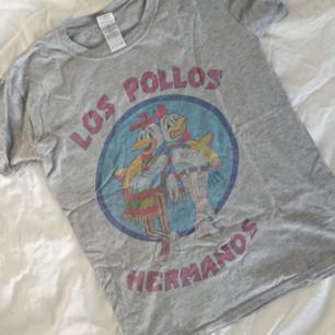 Los Pollos Hermanos tröja köpt i Italien Använd några gånger Mötas i centrala Stockholm OK Frakt (extra fraktkostnad) OK Längd 58cm Omkrets 88cm