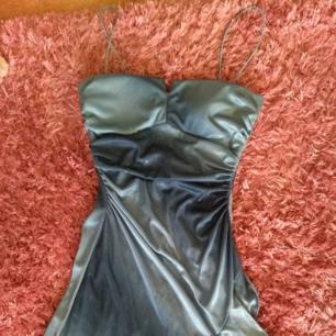 Vintage klänning i blått skiftande turkos, med glitter på och volanger. Äkta 2000s style.