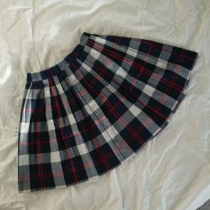 Söt rutig kjol från Monki. Köptes 2nd hand och använd men ser ut och känns som ny. Med andra ord, I gott skick :) Längd 40cm Midja runt 62-68cm