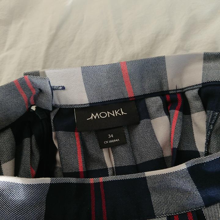 Söt rutig kjol från Monki. Köptes 2nd hand och använd men ser ut och känns som ny. Med andra ord, I gott skick :) Längd 40cm Midja runt 62-68cm. Kjolar.
