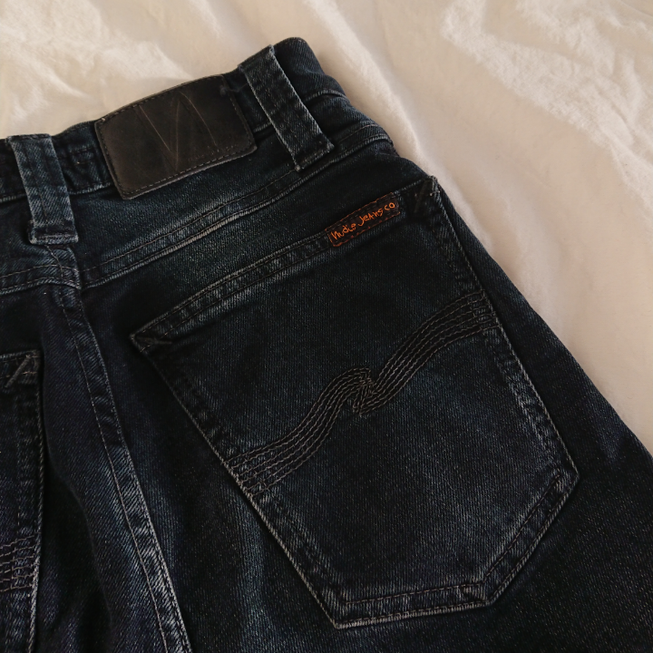 Ett par fållade nudie jeans i tight passform. Väldigt bra material, knappt använda! Skulle kunna vara vanliga jeans för korta personer (som mig) eller typ vid vaderna om man är längre.  Längd 86cm (62cm från innerlår)  Midja 62cm Höft ca 76cm Mötas i centrala Stockholm OK Frakt (extra fraktkostnad) OK . Jeans & Byxor.