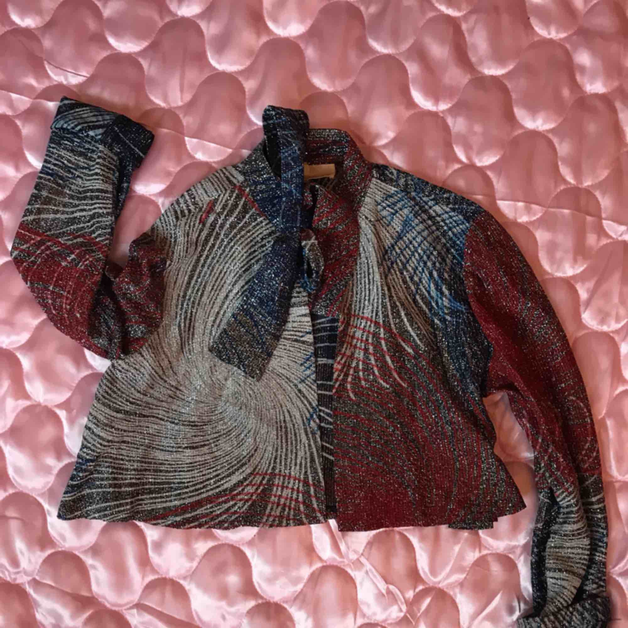 Fantastisk vintage blus, croppad, glittrig och m knythals. Från Beyond Retro, storlek M (12 US vintage size) Helt öppen framtill (se bild 3) DMa för köp! Xoxo . Blusar.
