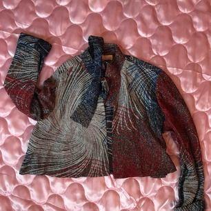 Fantastisk vintage blus, croppad, glittrig och m knythals. Från Beyond Retro, storlek M (12 US vintage size) Helt öppen framtill (se bild 3) DMa för köp! Xoxo