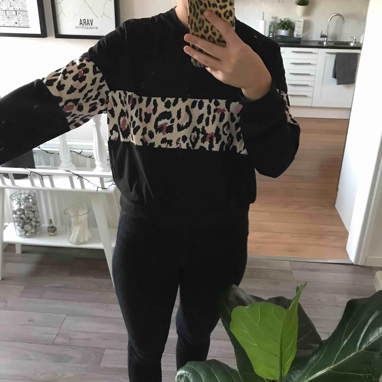 En as cool sweatshirt som aldrig är använd tyvärr! Jätte fint skick. 150kr inklusive frakt! 💫. Tröjor & Koftor.