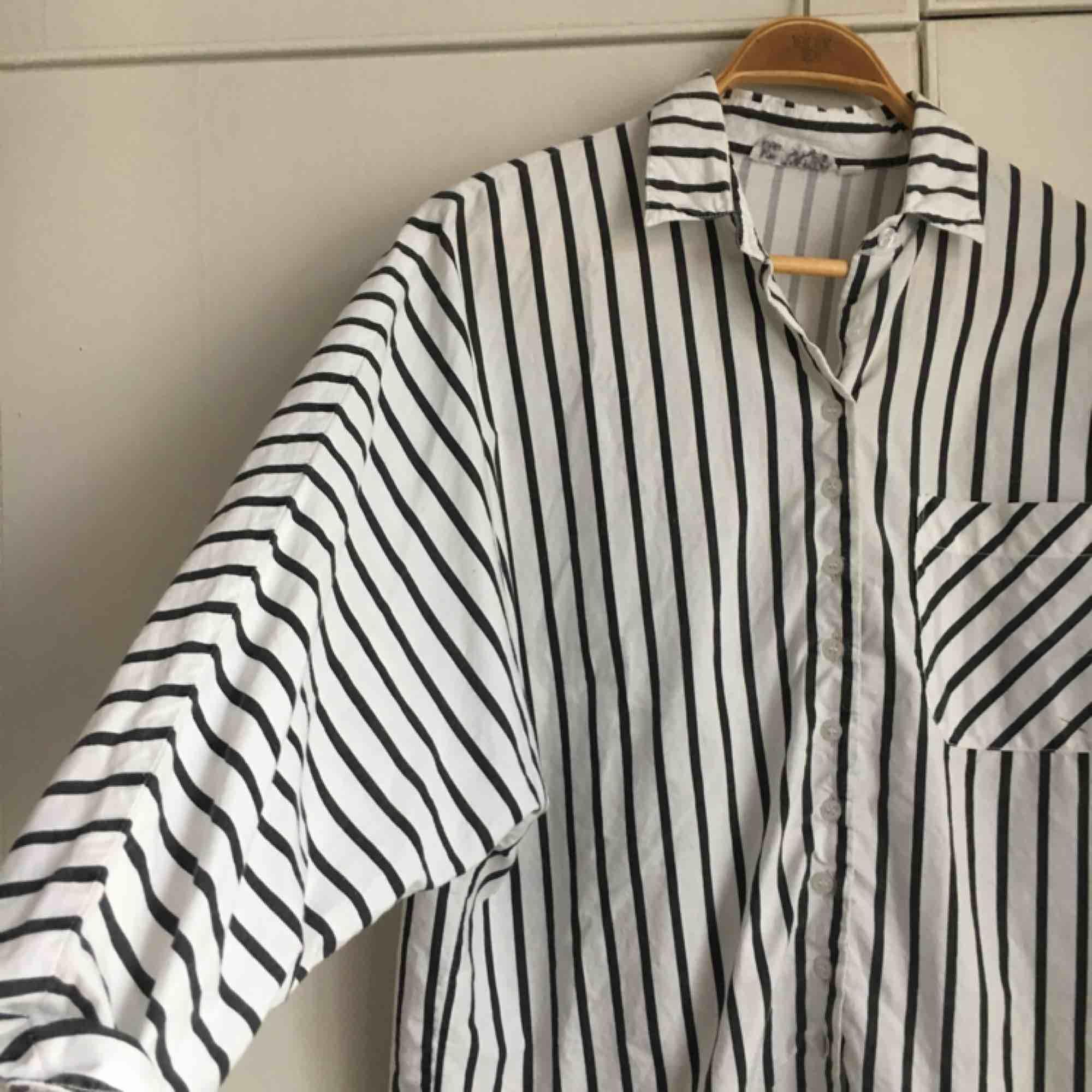 randig skjorta köpt i en vintagebutik i Berlin 2017. Bara använt den själv 1 gång. Har ett litet märke på fickan men inget man tänker på. Storlek 40 men tycker den sitter bra på mig som är en S/M också. Frakt bjuder jag på!. Skjortor.