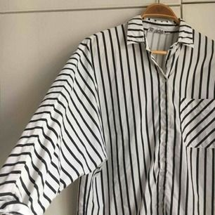 randig skjorta köpt i en vintagebutik i Berlin 2017. Bara använt den själv 1 gång. Har ett litet märke på fickan men inget man tänker på. Storlek 40 men tycker den sitter bra på mig som är en S/M också. Frakt bjuder jag på!