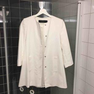 Kort vit kappa från zara, går låret och passar till vår/sommar. Använd 1 gång.