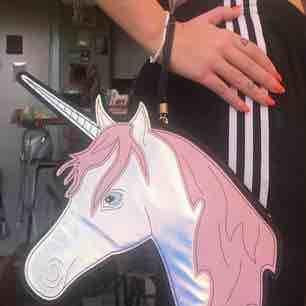Unicorn handväska i rosa hologram, såå fin men använder den för sällan för att inte någon annan enhörning borde ta över. Som ny i skick! Swisha 130:- (frakt ingår) så skickar jag via post asap 🎀🦋🎀 Xoxo . Väskor.