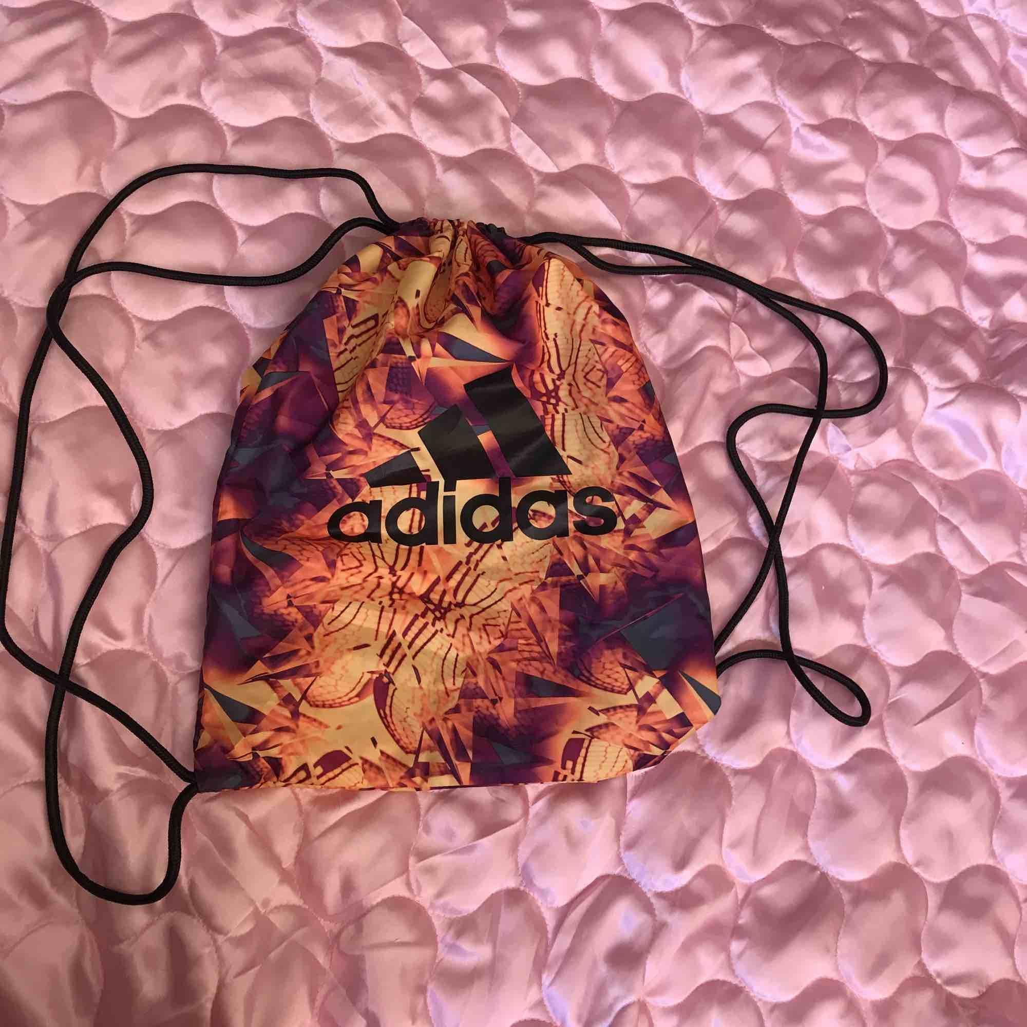 Adidas limited edition gympapåse! Tropiskt mönster 🦜🌺 Swisha 120:- (frakt ingår) så skickar jag på posten asap! DMa för telefonnr och din adress. Xoxo . Väskor.