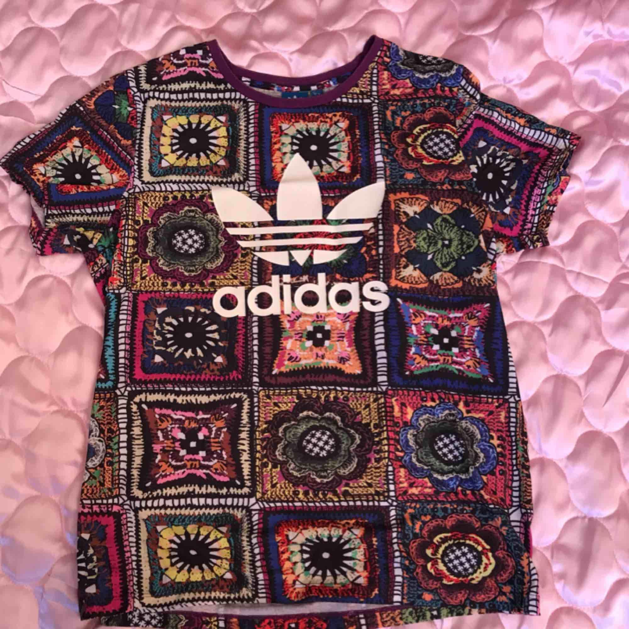 Adidas limited edition tränings T-shirt, tropiskt mönstrad, storlek M (man) nypris 369:-. Swisha 130:- (frakt ingår) så skickar jag via post asap 🌹💫 DMa för telnr å din adress. Xoxo . Huvtröjor & Träningströjor.
