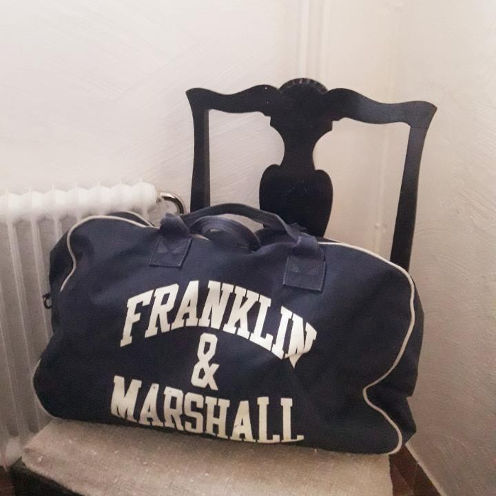 Fin marinblå väska från Franklin & Marshall.. Väskor.