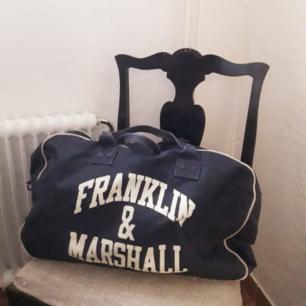 Fin marinblå väska från Franklin & Marshall.