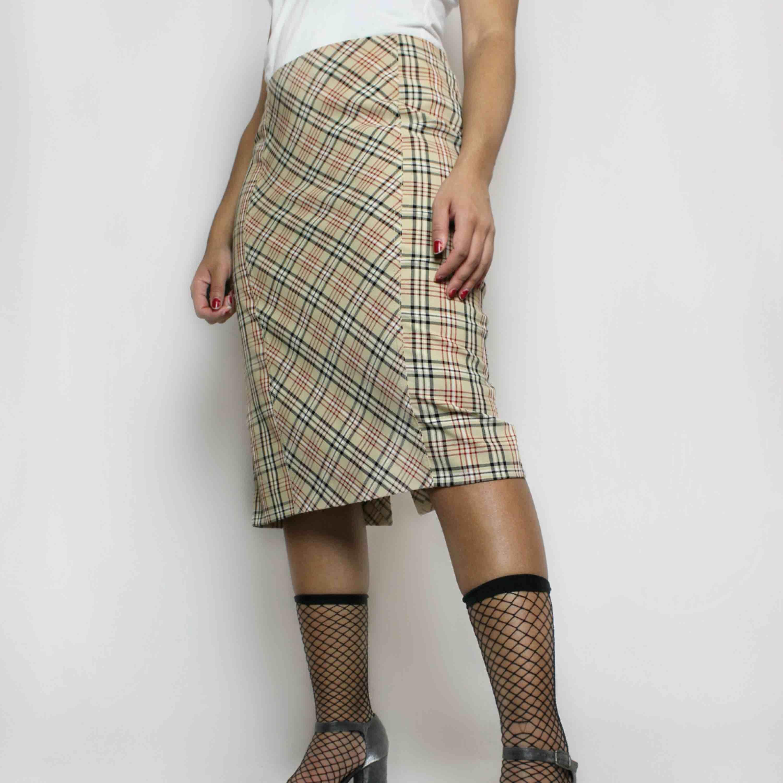 Snygg 90-tals kjol! Burberry inspirerad☀️ 40kr frakt . Kjolar.