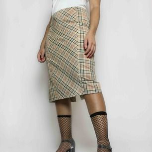Snygg 90-tals kjol! Burberry inspirerad☀️ 40kr frakt
