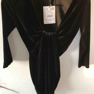 helt ny jätte fin sammets klänning, nypris €25,99