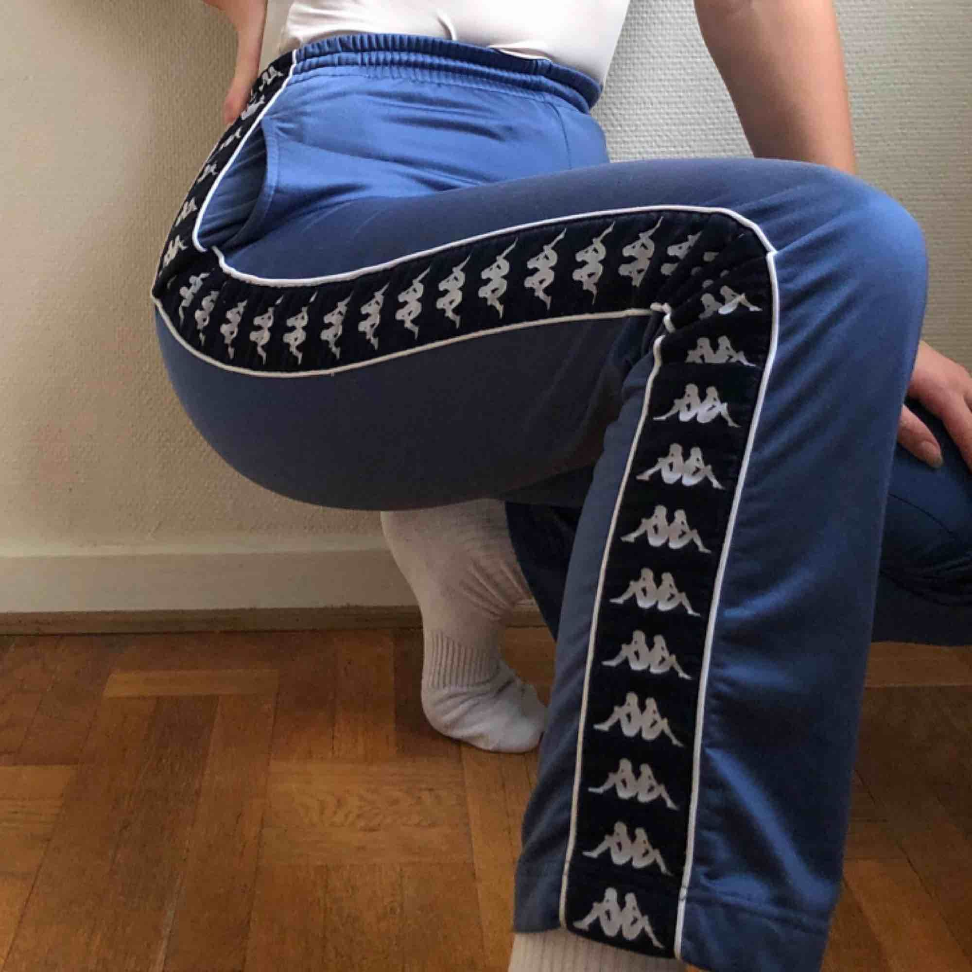 Så jävla snygga Kappabyxor i världens finaste färg och fantastiskt shiny tyg!!! Köpta second hand. De är i superbra skick. Det finns ett snöre i midjan som är perrrrfekt till att snörpa till byxan i midjan. Köp dem innan jag ångrar mig!!!. Jeans & Byxor.