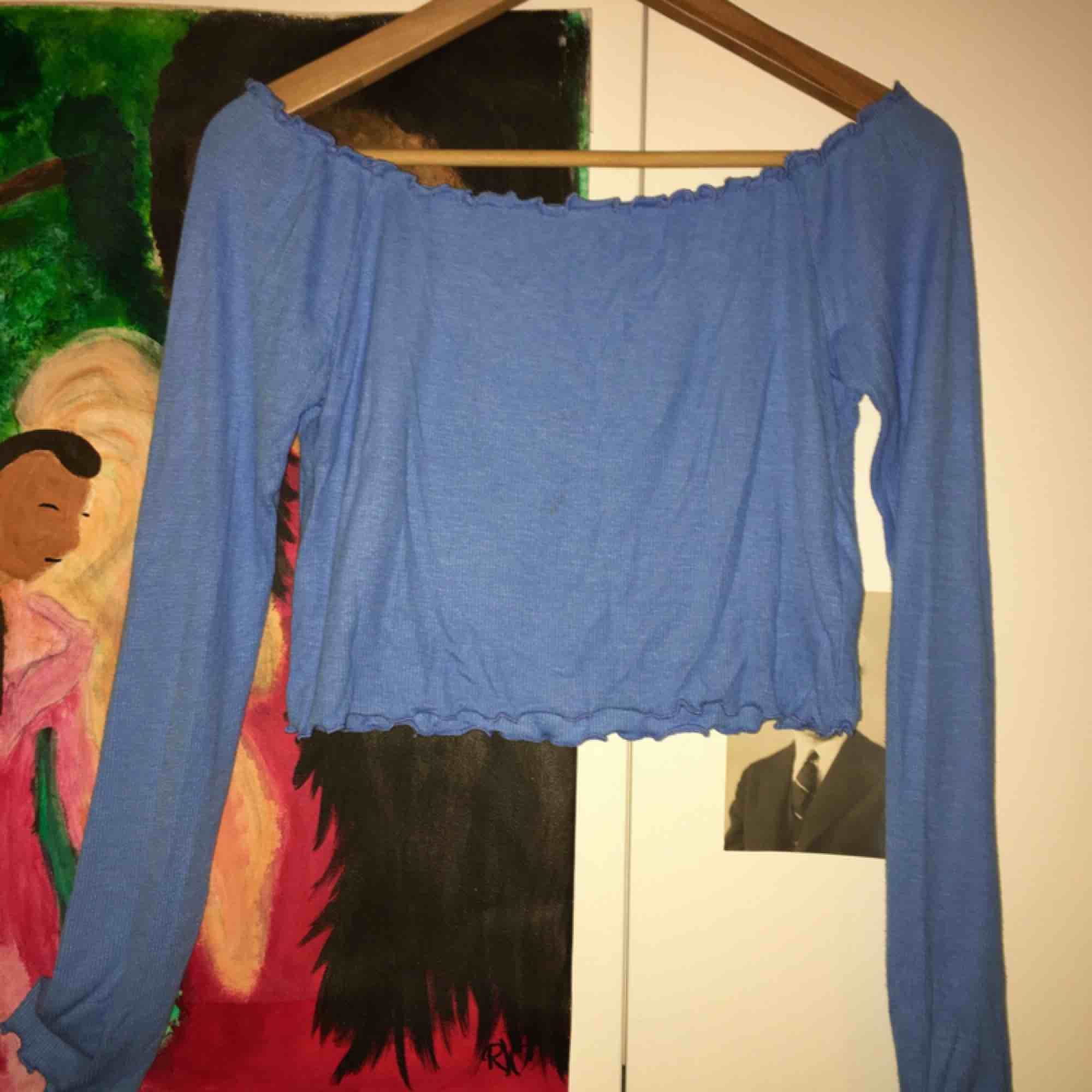 """Säljer denna klarblå """"cropped"""" off-shoulder tröja från Bik Bok! Superfin och endast använd max 2 gånger, ganska liten i storleken för att vara L och passar mig som är XS/S! Köparen står för frakten:-) . Toppar."""