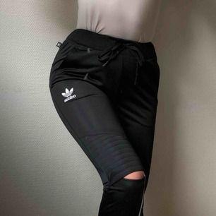 Rita Ora for Adidas. Knappt använda! De sitter för tajt över mina lår tex. Classy material!!! Inte så stretchigt.
