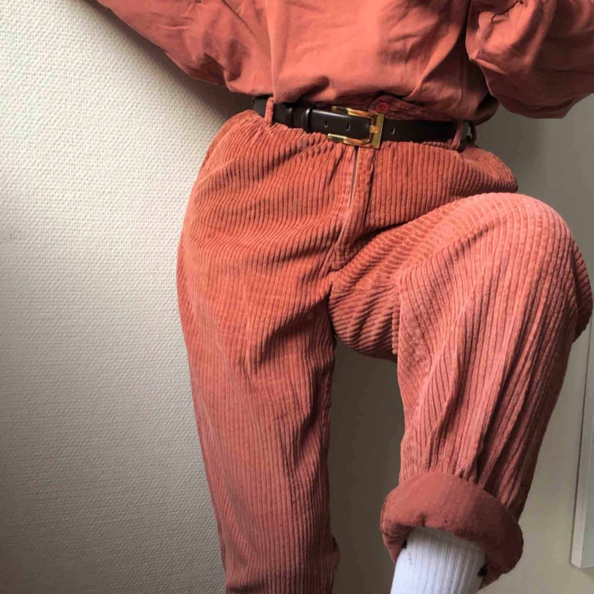 100% bomull. Köpta second hand. Jag är strlk S och har dem med skärp! Mkt cute!!!. Jeans & Byxor.