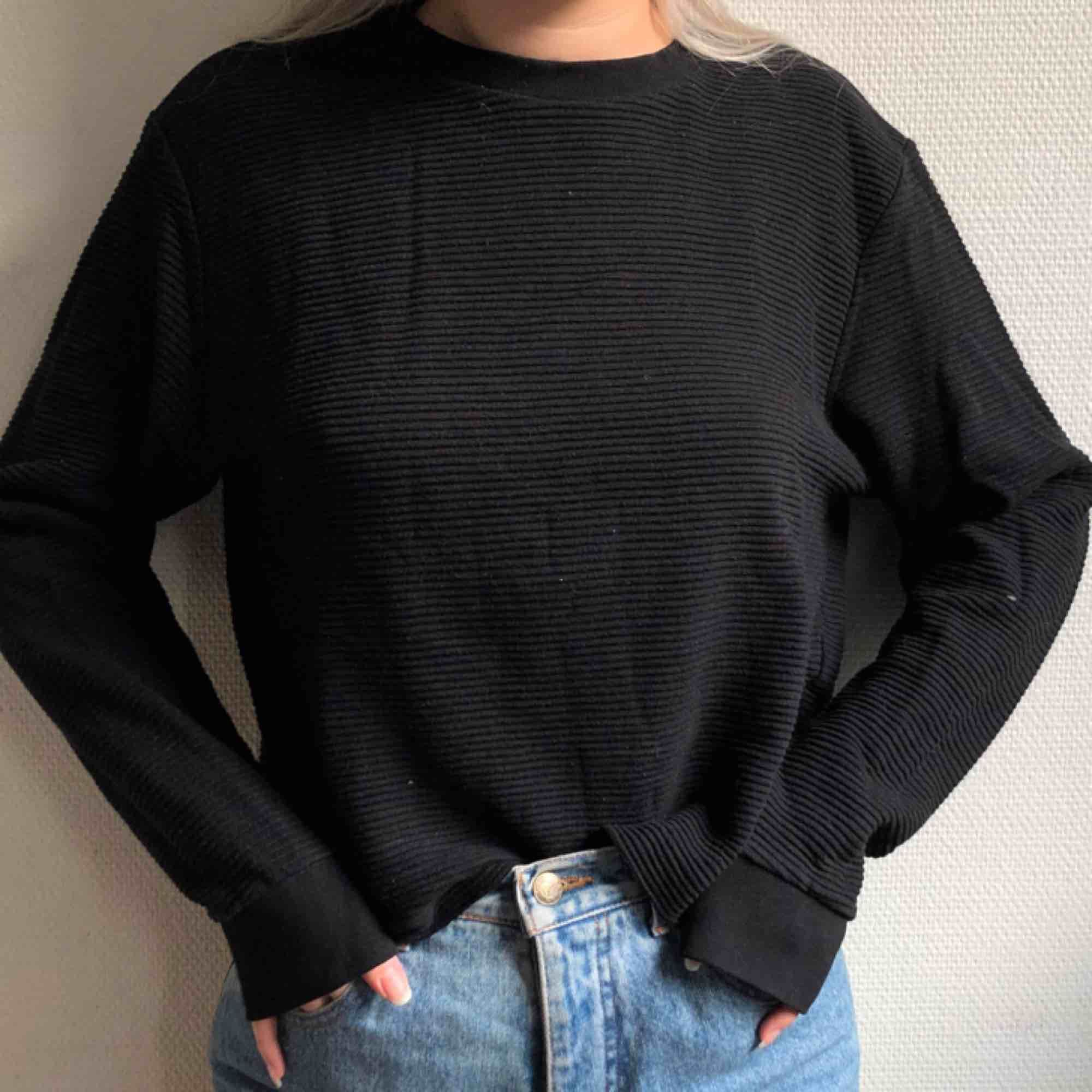 Avklippt tröja från WEEKDAYs herravdelning. Passar på mig som en M! . Tröjor & Koftor.