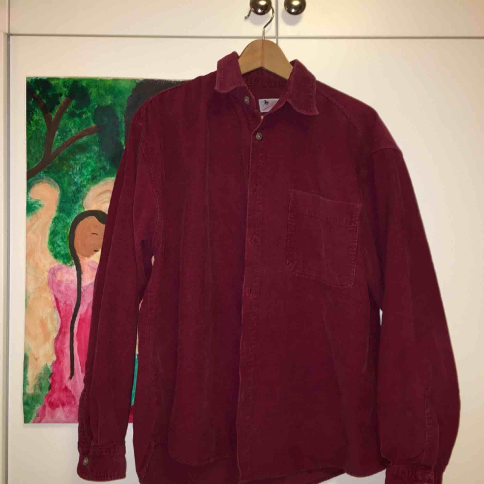 Säljer denna vinröda oversized Manchester-skjorta köpt på Humana! Riktigt fint skick och sjukt ball om jag får säga det själv🤪🤪 köparen står för frakten! . Skjortor.