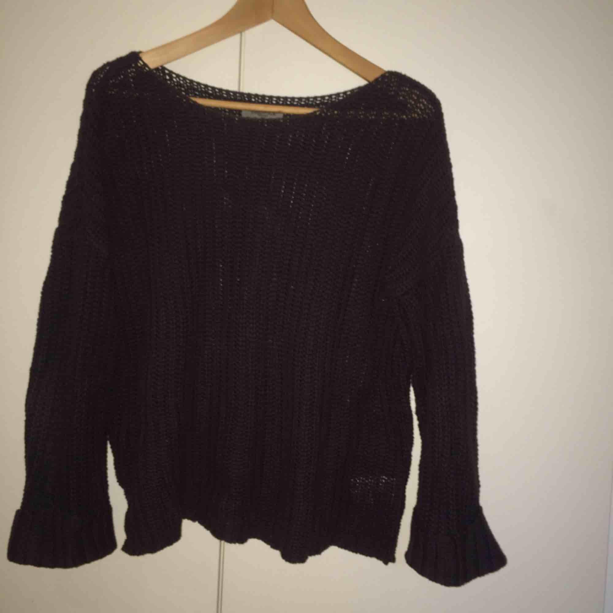 Mörkblå tröja från Hunkydory. Lite stor i storleken. . Stickat.