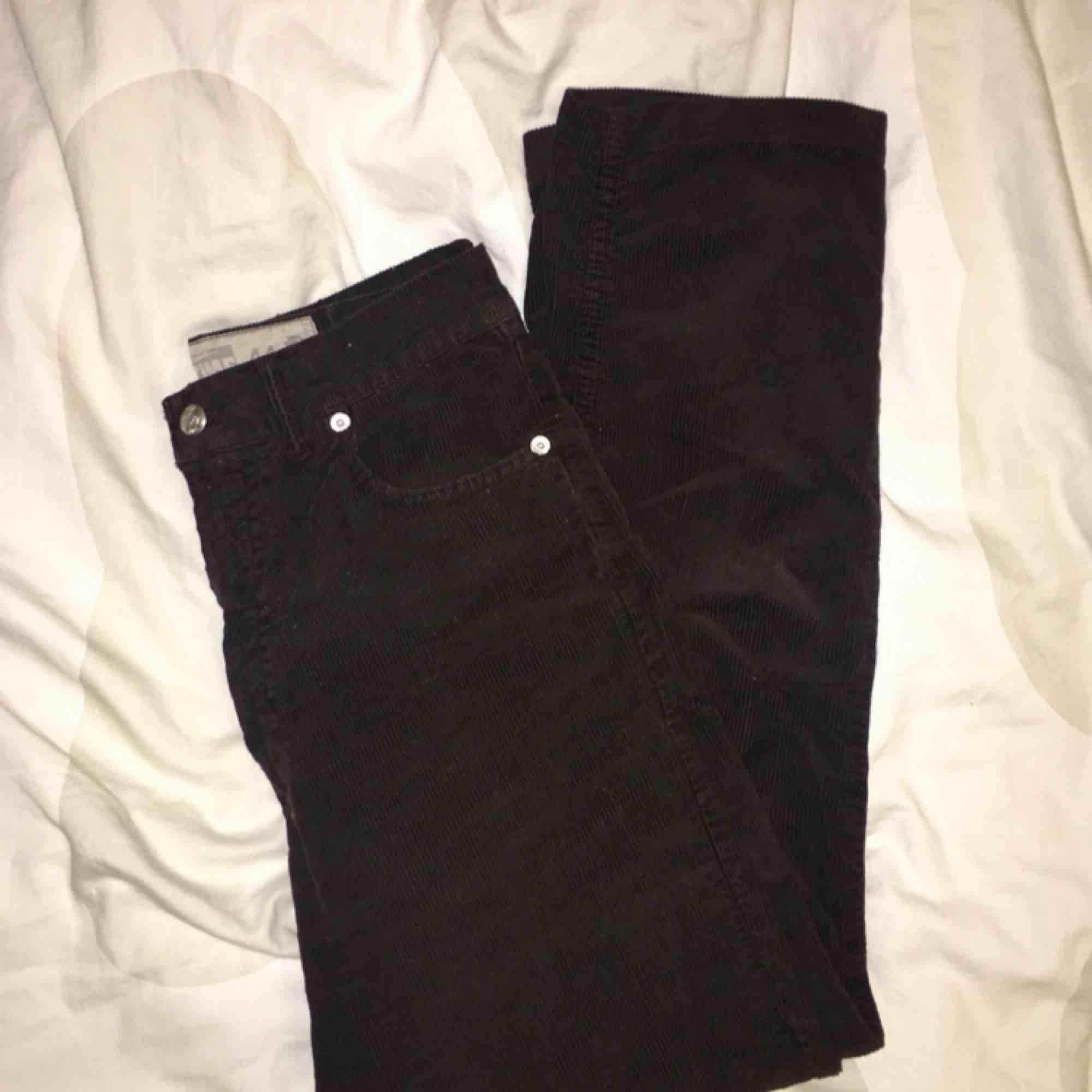 """Säljer dessa mörkbruna raka Manchesterbyxor köpta på Humana! Mycket fint skick och märket heter """"Real Time"""" Har endast använt dessa fåtal gånger för att dom är för stora;(( köparen står för frakten! . Jeans & Byxor."""