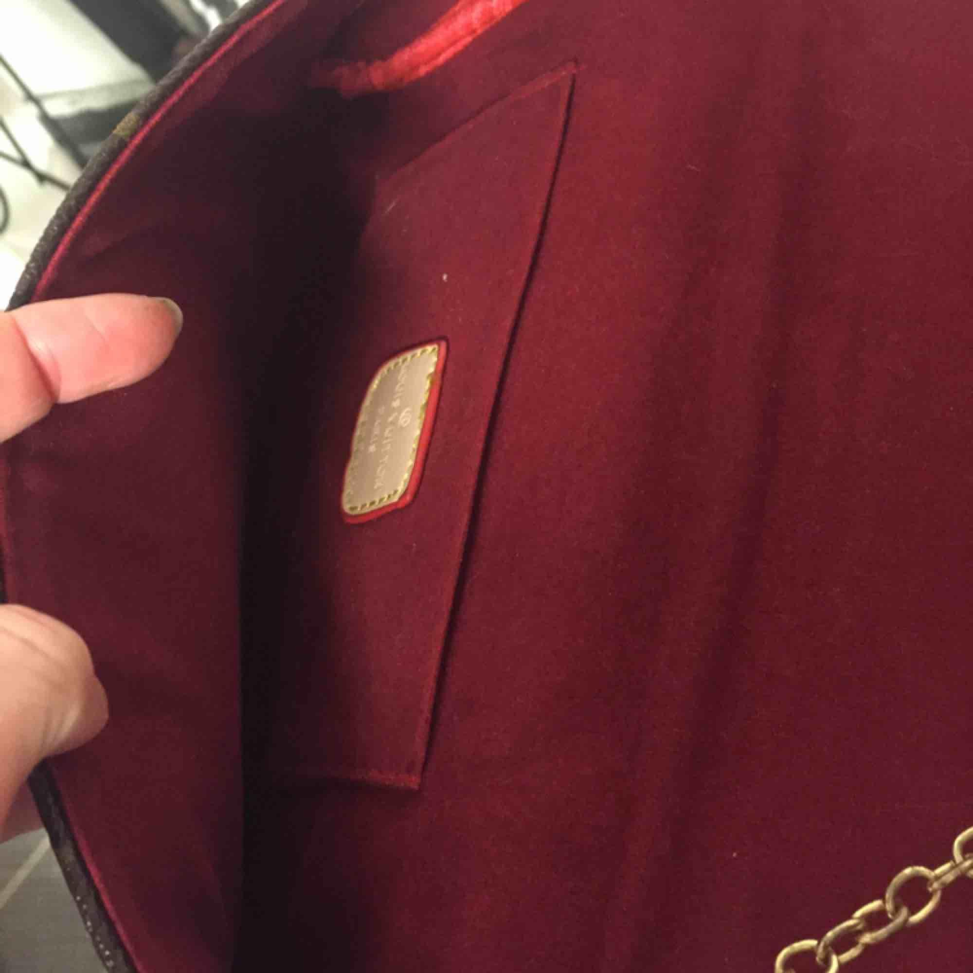 Louis Vuitton Favorite MM kopia. Fint skick, några repor på metallspännet fram. Frakt kostar 58 kr. . Väskor.