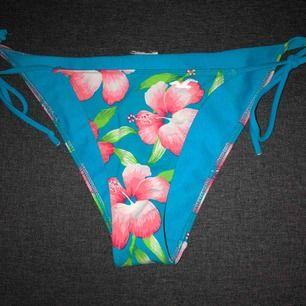 Bikinitrosor från Hollister i fint skick. Storlek M. Modell: Tanga med reglerbara knytband i sidorna. Frakt intränat i priset. 🖤MÄNGDRABATT FINNS🖤