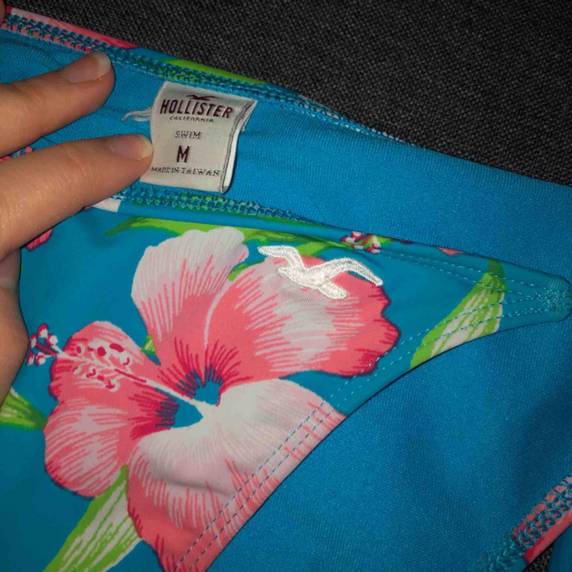 Bikinitrosor från Hollister i fint skick. Storlek M. Modell: Tanga med reglerbara knytband i sidorna. Frakt intränat i priset. 🖤MÄNGDRABATT FINNS🖤 . Övrigt.