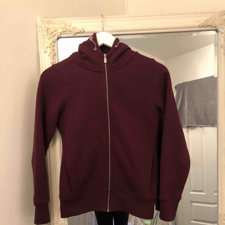 Sail racing hoodie, aldrig använd. Super skön med mjukt material på insidan. . Huvtröjor & Träningströjor.