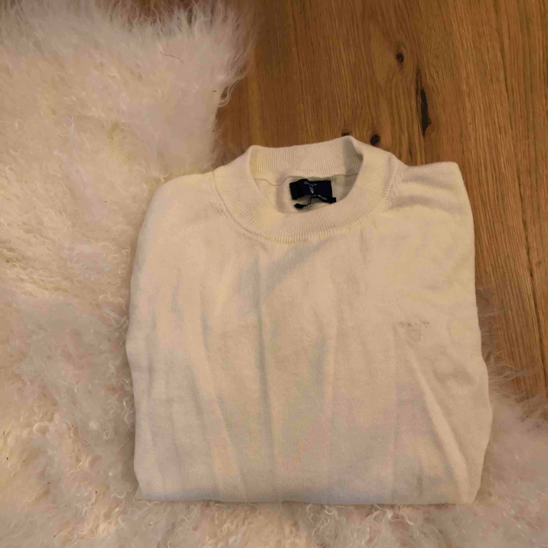 Stickad Gant tröja, ej stickigt material. Aldrig använd. Säljs då alla kläder är för stora. . Tröjor & Koftor.