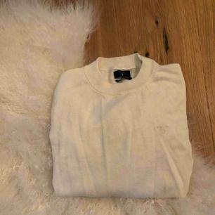 Stickad Gant tröja, ej stickigt material. Aldrig använd. Säljs då alla kläder är för stora.