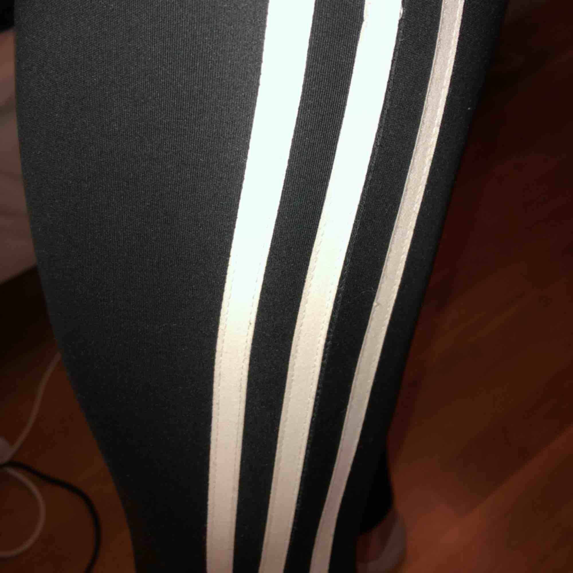 Träningsbyxor från Adidas. Köparen står för frakt.. Jeans & Byxor.