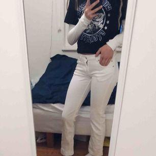 Jättefina bootcutjeans från Zara. Stoleken är lite oklar, för mig är dom tyvärr för korta😩 och jag har vanligtvis XS/34