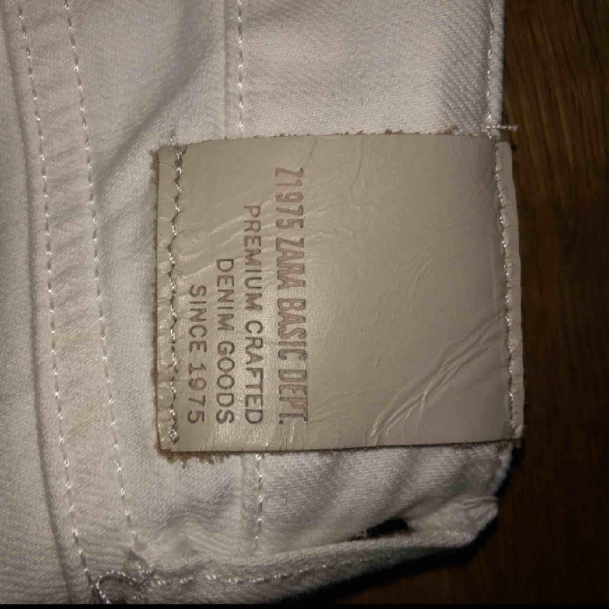 Jättefina bootcutjeans från Zara. Stoleken är lite oklar, för mig är dom tyvärr för korta😩 och jag har vanligtvis XS/34 . Jeans & Byxor.