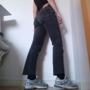 Levi's vintage 505 relaxed fit jeans i stl 30. Vintage, perfekt slitna med lite färgfläckar på. Modellen är typ Mom jeans. Avklippta längst ner så de blir lagom långa på mig som är 169 cm. Färgen är urtvättad svart eller typ mörkgrå. Jeansen har hög midja och stängs med knappgylf. Passar någon med stl 26-27 skulle jag tro beroende på hur man vill att jeansen ska sitta, små i storleken som de flesta vintage Levi's är. Frakt 63 kr.