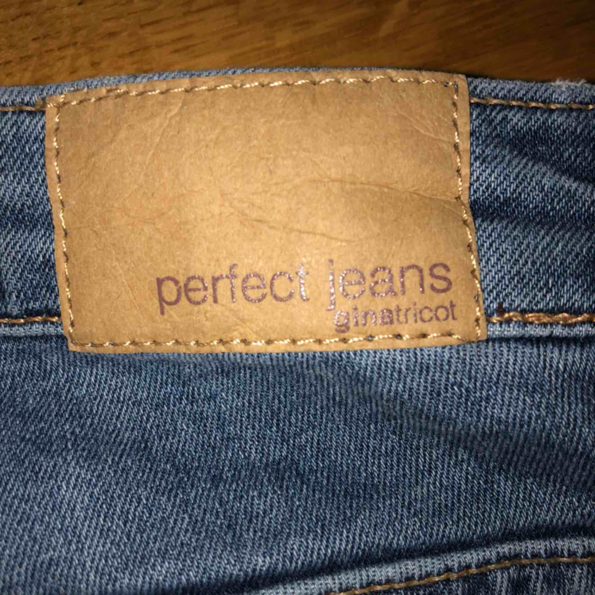 Fina blåa skinnyjeans från Gina!! Fungerar bra som XS/26.  . Jeans & Byxor.