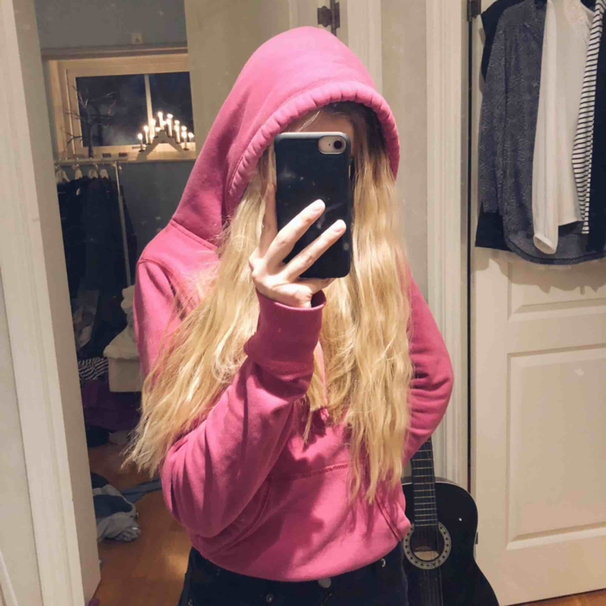 Jättemysig rosa hoodie från Hollister. Köparen står för frakt👍🏼👍🏼. Huvtröjor & Träningströjor.