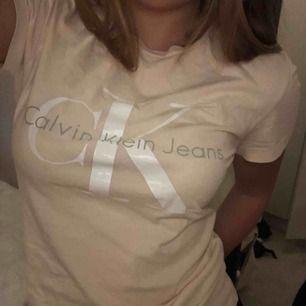 Ljusrosa Calvin Klein t-shirt. Använd fåtal gånger så nästan i ny skick utöver ytterst lite avskavt på trycket. Snygg figursydd passform men snyggt tryck på framsidan. Ordinarie pris 399kr.