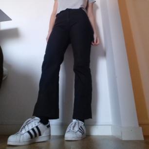 J.Lindeberg svarta jeans i stl 26. Ganska långa, jag är 169 cm och har vikt upp jeansen inåt två gånger för att få den croppade längden jag vill ha. Snygg rak modell med hög midja. coola att matcha med pälsjacka och adidas superstar som på sista bilden :) frakt 55 kr.